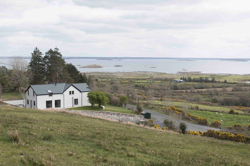 Beautiful holiday home with stunning views over Lough Mask, vacation rental in Clonbur
