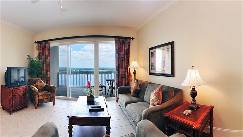 Deluxe Suite in Resort with Grand Lake and City Views <1 Mile to Disney World, holiday rental in Orlando