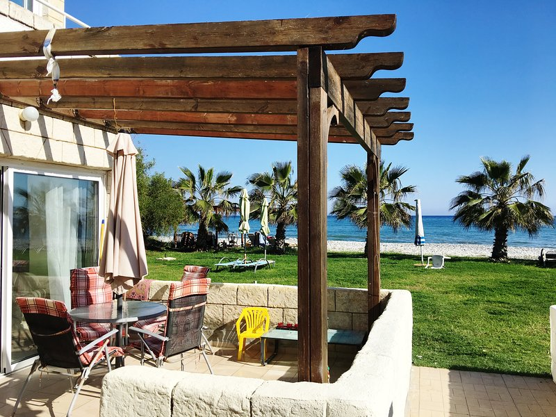 In The Sea ★ Beach Front House ▶ First Line, alquiler vacacional en Oroklini