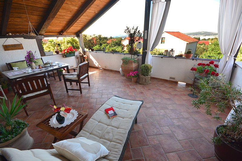 comfortable apartment with great terrase and see view, vacation rental in Sveti Filip i Jakov
