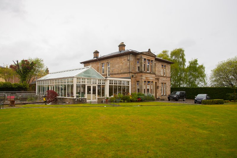 Stunning Victorian House with Large Garden, holiday rental in Glasgow