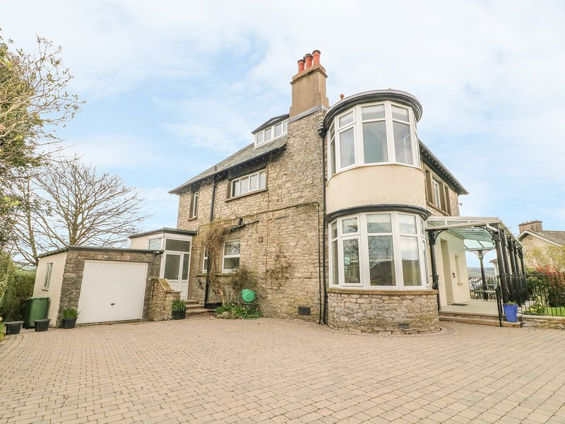 KENTRIGG HOUSE superb detached house, spa pool, covered veranda, woodburning, holiday rental in Kendal
