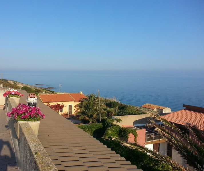 Nice house with sea view & terrace, location de vacances à Lu Bagnu