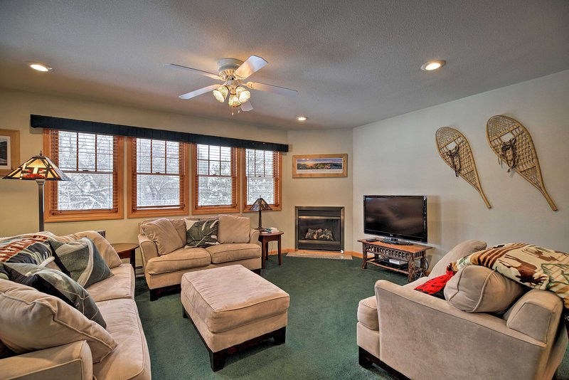 Cozy Central Lake Placid Townhome w/ Porch! – semesterbostad i Keene Valley