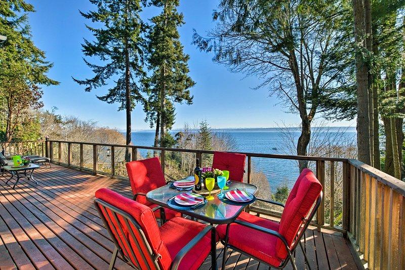 Waterfront Kingston House w/ Deck + Private Beach!, location de vacances à Suquamish