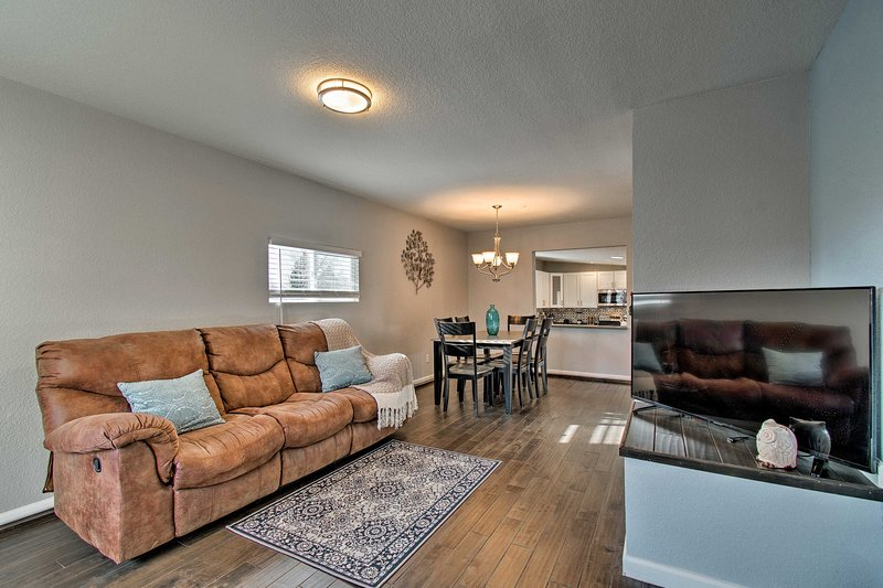 Esperienza di comfort e praticità in questo appartamento di Lakewood con 2 camere e 1.5 bagni!