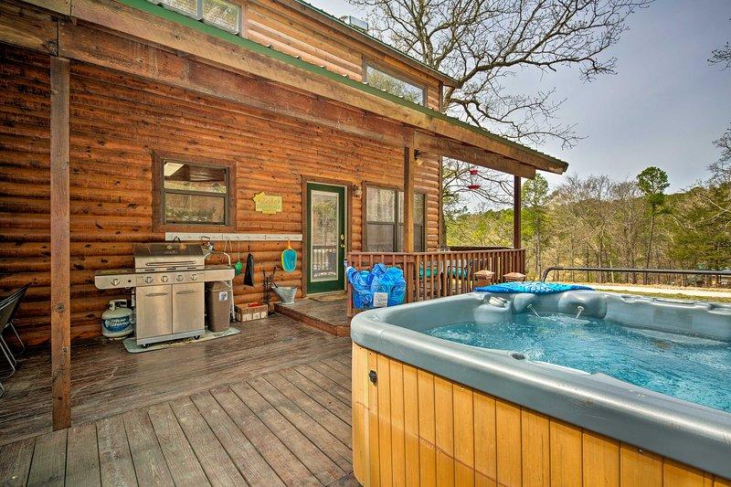 Questa cabina dispone di 2 griglie, un pozzo del fuoco, sale da pranzo all'aperto e una vasca idromassaggio!