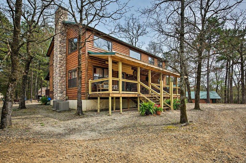 Porta tutta la famiglia in questa bella casa vacanza a Broken Bow!