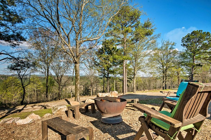 Mountaintop Retreat w/ Hot Tub & 30-Mile Views!, vacation rental in Hochatown