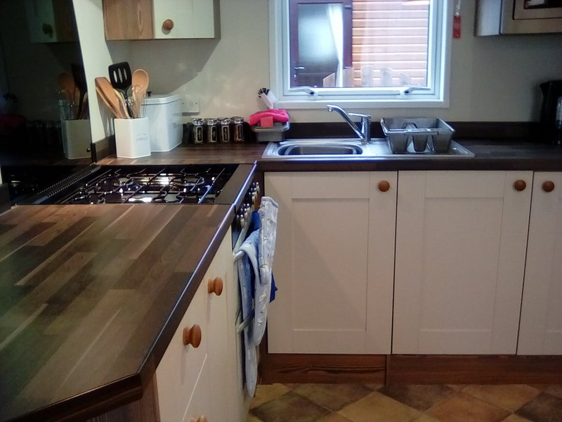 Fully equipped kitchen, full size cooker and fridge/freezer