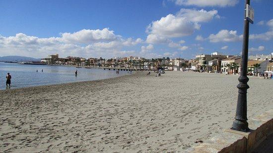 Praia mais próxima com águas rasas e areia limpa
