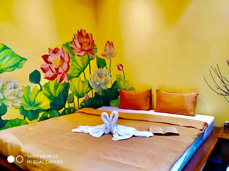 HARMONY #42 NICE SPACE w BLOOMING LOTUS IN HEART OF OLD QUARTER, casa vacanza a Dinh Bang