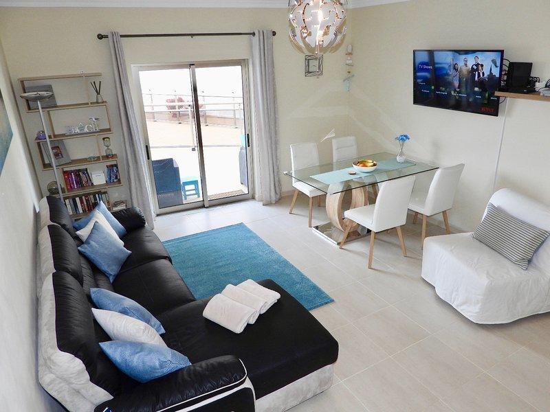Visually Stunning 2 Bedroom Apartment with Sea View, Swimming Pool, Gym, Squash, aluguéis de temporada em Albufeira