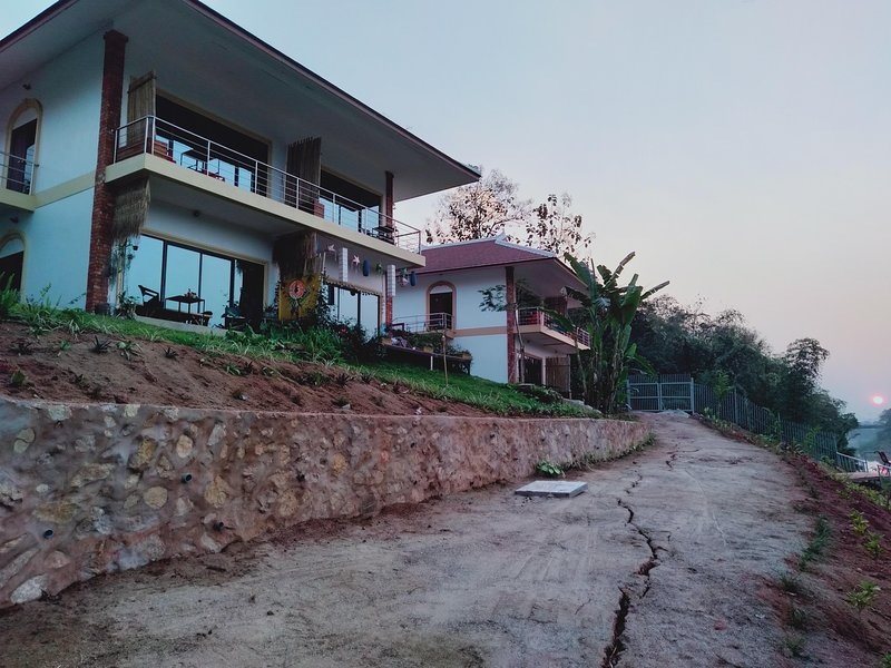 New Apartments 50 sq.mt. fully furnished, front of the Namkhan at 4 km of LP, casa vacanza a Laos