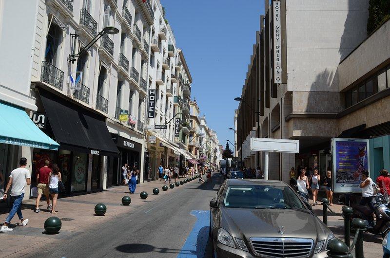 La rue d'Antibes est la principale rue commerçante de Cannes. Shopping pour tous les budgets!