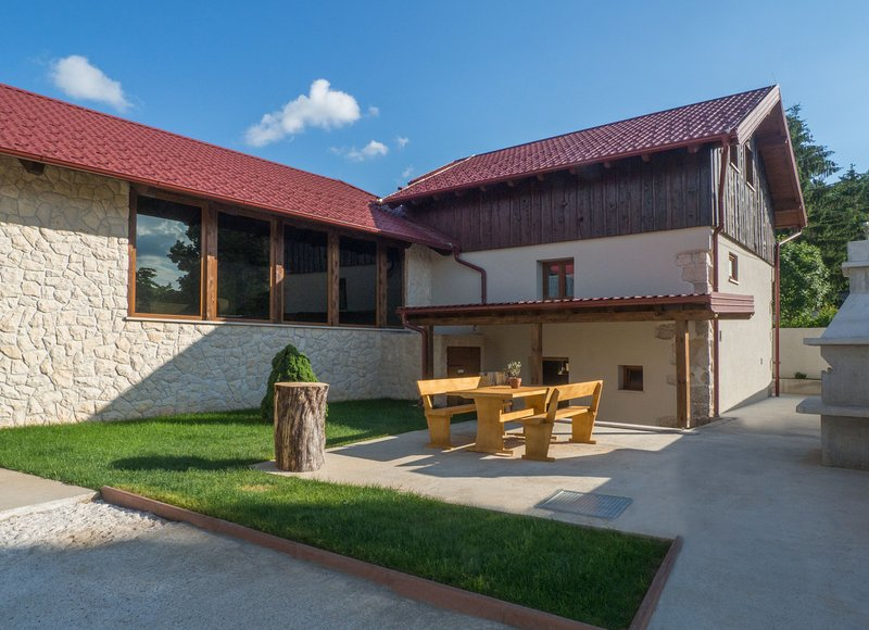 Villa Niko with indoor heated swimming pool and sauna, holiday rental in Gospic
