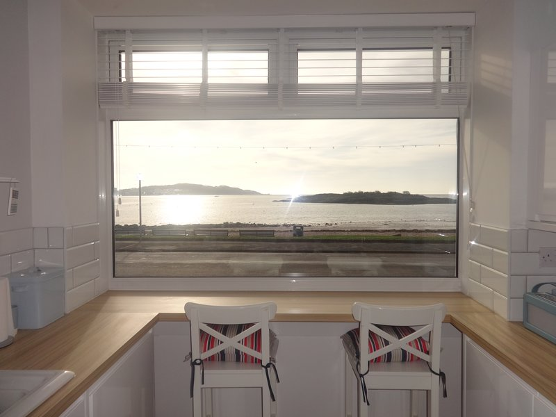The Beach Hive Millport 4 Bedroom stunning apartment with amazing Beach view, location de vacances à West Kilbride