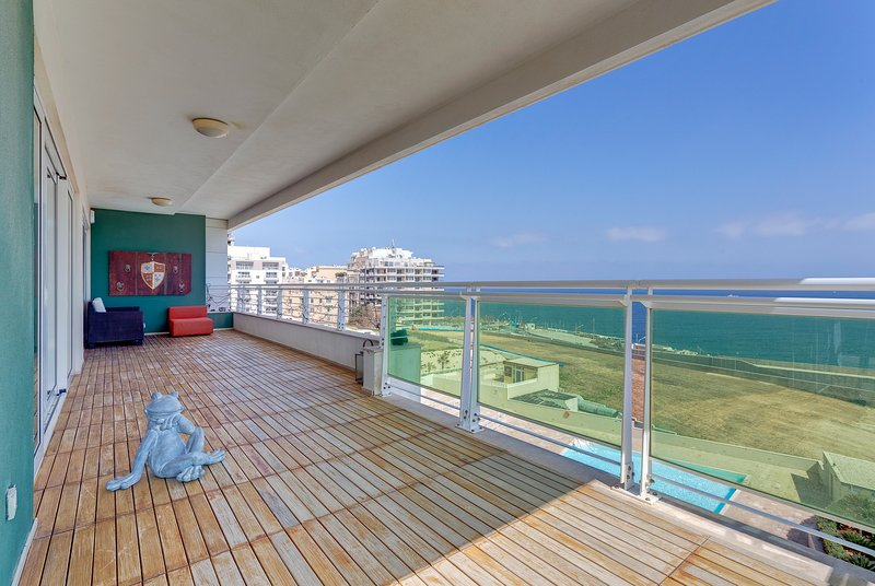Seafront Apartment in Fort Cambridge with Pool  (ENHANCED CLEANING PROTOCOL), holiday rental in Xghajra