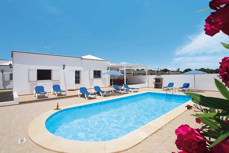Large villa with a luxurious kitchen and pool, vacation rental in Puerto Calero