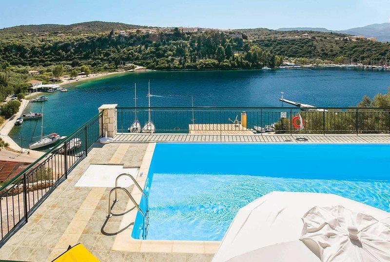 Hillside villa overlooking Bay w/ pool & WIFI, vacation rental in Spartochori