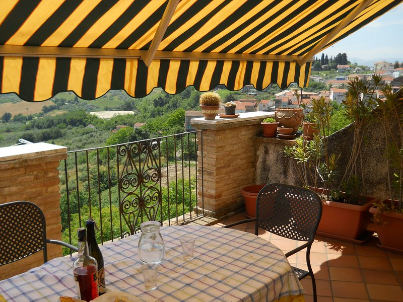 Spacious house with balcony, Ferienwohnung in Torino di Sangro