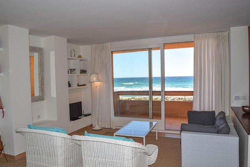 Apartamento en primera línea de playa - Dos habitaciones dobles. - Piscina - jardín comunitario - parquing.