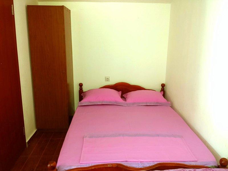 Hoxha rooms - family room - 5 beds, location de vacances à Ulcinj