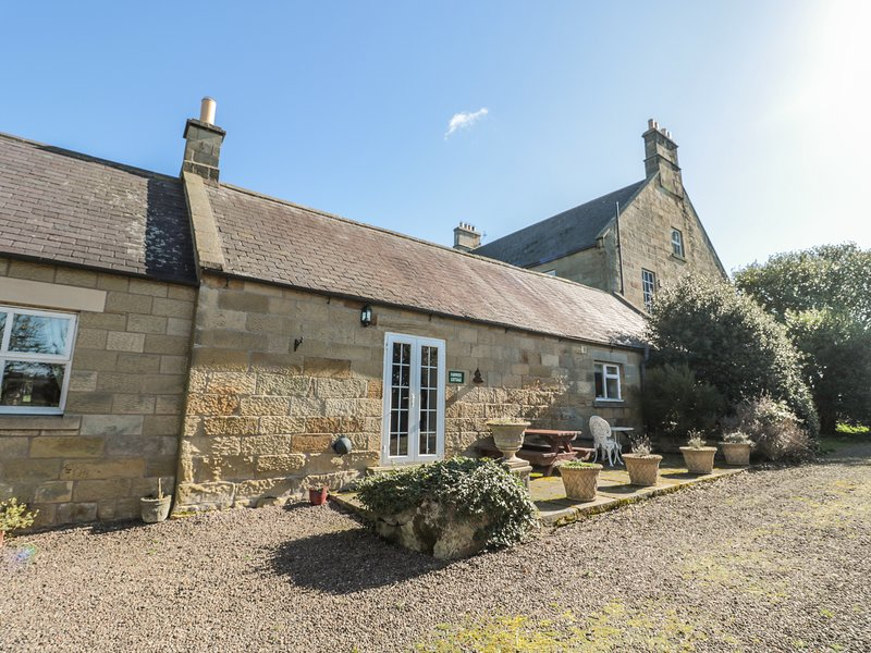 FARMERS COTTAGE, Romantic, WiFi, Electric fire, Alnwick, holiday rental in Longhoughton