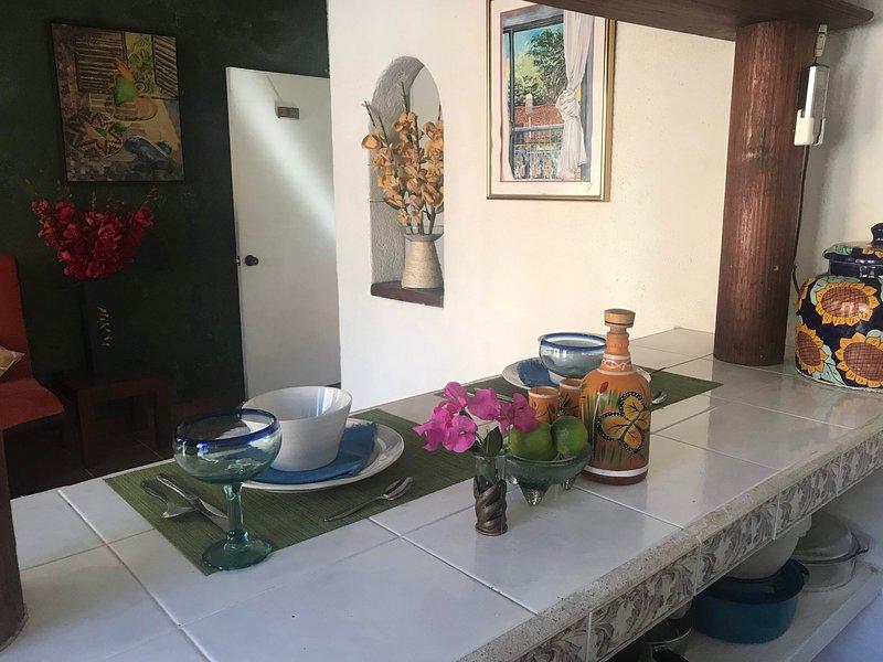 Private Casita, 1BR, A/C, Kitchen, 1 Block to the Best Beach in Zihuatanejo, aluguéis de temporada em Petatlan