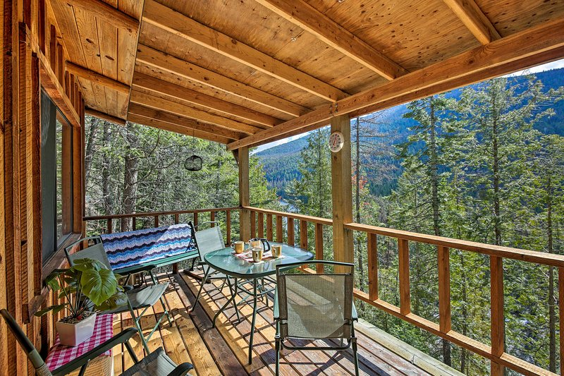 'Yaak River Hideaway' Private Cabin w/Deck & Views, vacation rental in Libby