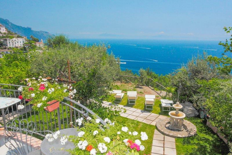LivingAmalfi:Villa Afrodite in Amalfi, charming villa, stunning sea view, garden, vacation rental in Vettica
