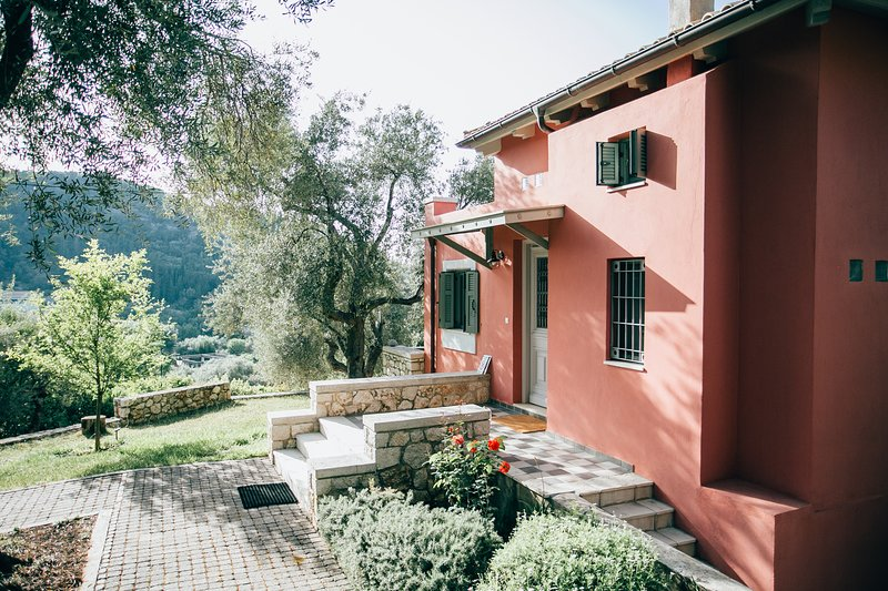 La Casa Rossa - 5 mins walk from the beach **NO CAR NEEDED**, holiday rental in Asproyerakata