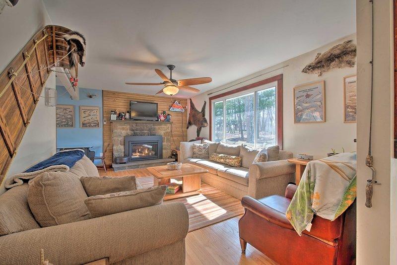 Poconos Resort Retreat w/ BBQ & Beach/Pool Access!, holiday rental in Bear Creek