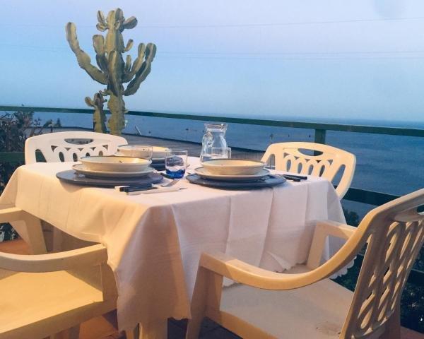 diner met uitzicht op de zee