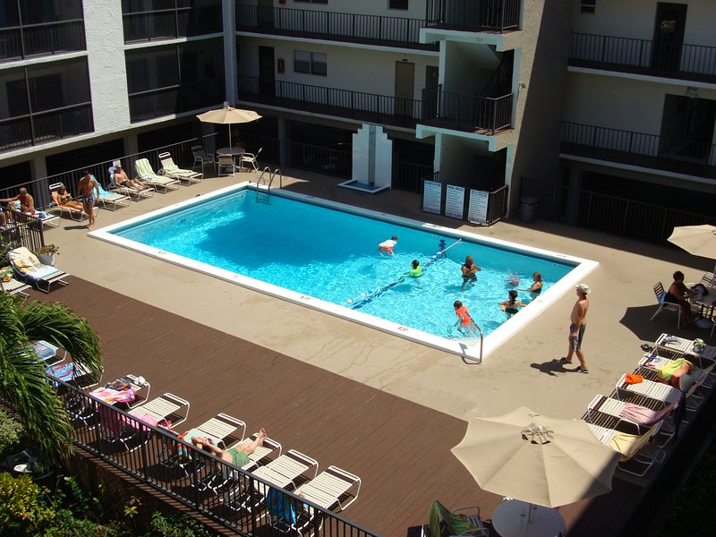 1 block to the BEACH-CONDO 527-VIEW ON THE POOL-CAN SLEEP UP TO 4 ADULTS+ A BABY, holiday rental in Sunny Isles Beach