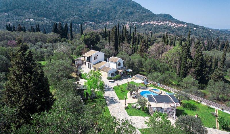A solo 1,5 km del resort Benitses, Villa Claire se encuentra en un exuberante paisaje de 5.000 m² en la colina.