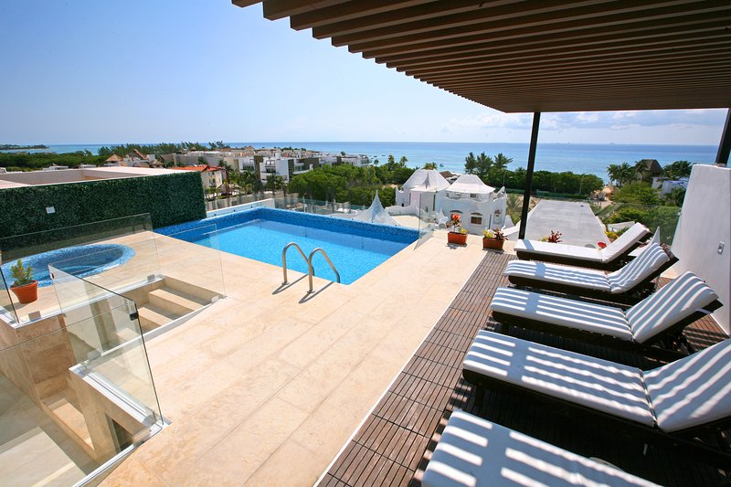 IDEAL LOCATION STEPS FROM THE BEACH, holiday rental in Solidaridad
