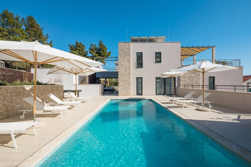Luxury Villa Juliet with Heated Pool, holiday rental in Milna