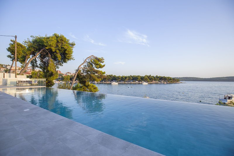 Beachfront Villa Deep Blue with Pool II, location de vacances à Trogir