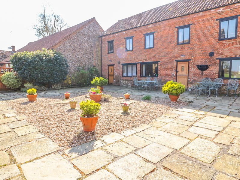 THE DAIRY BARN, WiFi, Pet-friendly, On-site swimming pool, Toftrees, vacation rental in East Rudham