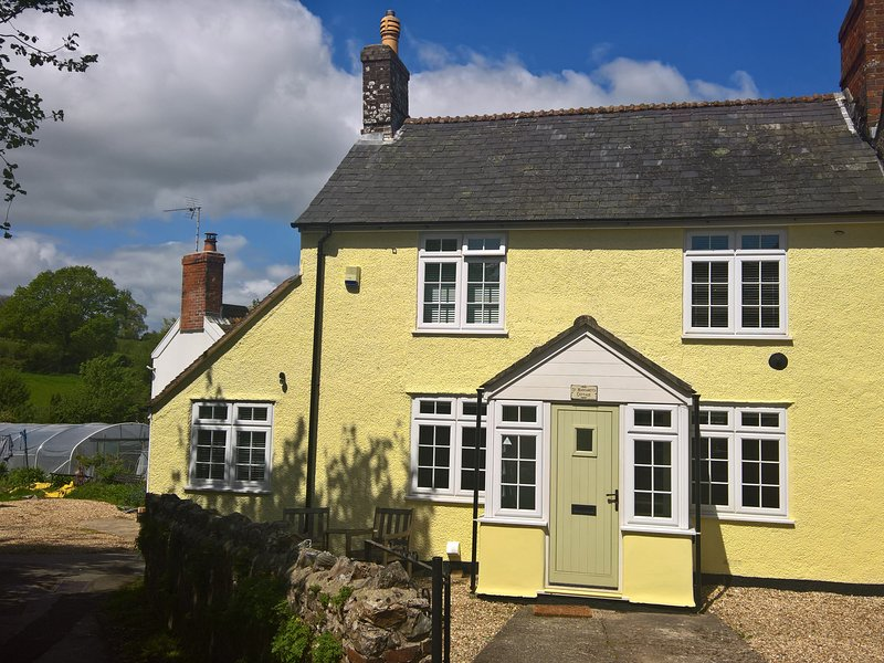 ST MARGARET'S COTTAGE, semi-detached, woodburner-style gas fire, private patio, alquiler vacacional en Chardstock