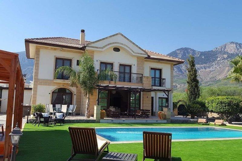 Stunning Private Villa - Beautiful Gardens & Pool, alquiler de vacaciones en Lapta