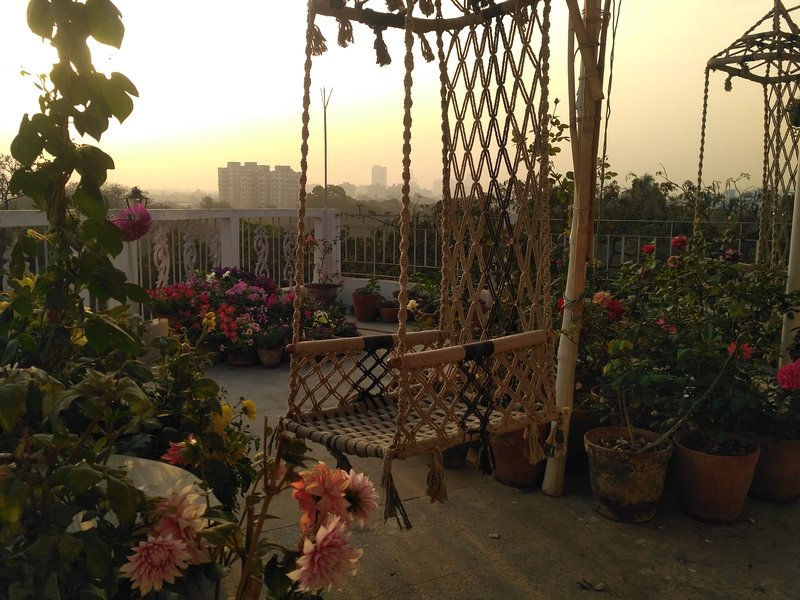 Owl's Nest: Cabin in a rooftop garden, holiday rental in Kolkata (Calcutta)