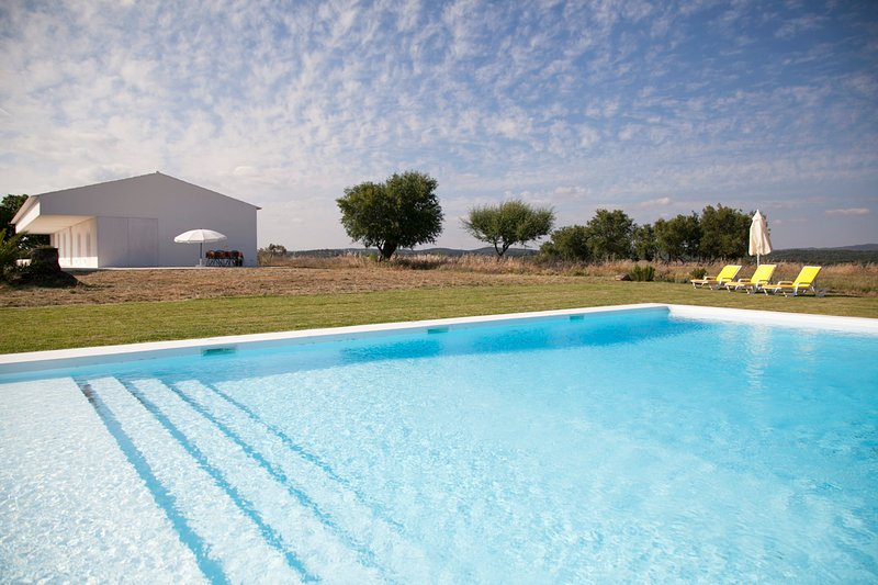 Big villa with swimming-pool, location de vacances à Vimieiro
