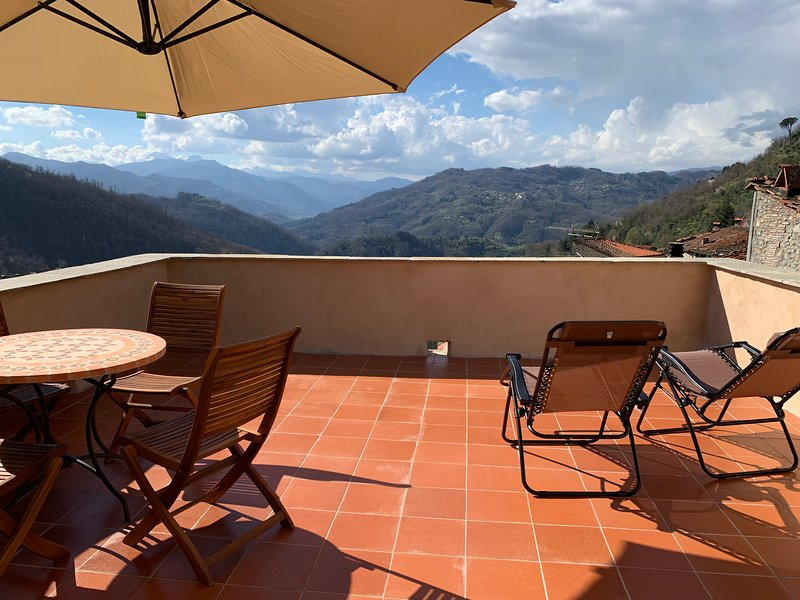 Spacious Tuscan townhouse with large roof terrace, holiday rental in Bagni di Lucca