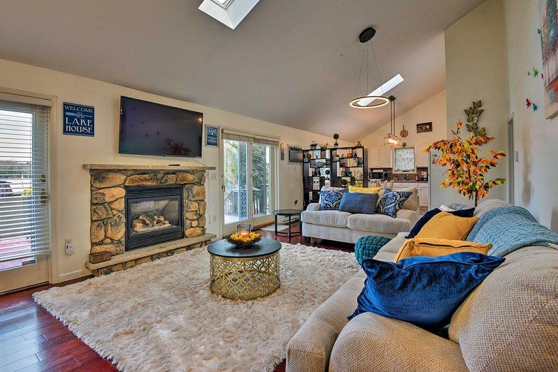 Lakefront Poconos Home w/Hot Tub, Fire Pit & Deck!, vacation rental in Pocono Summit