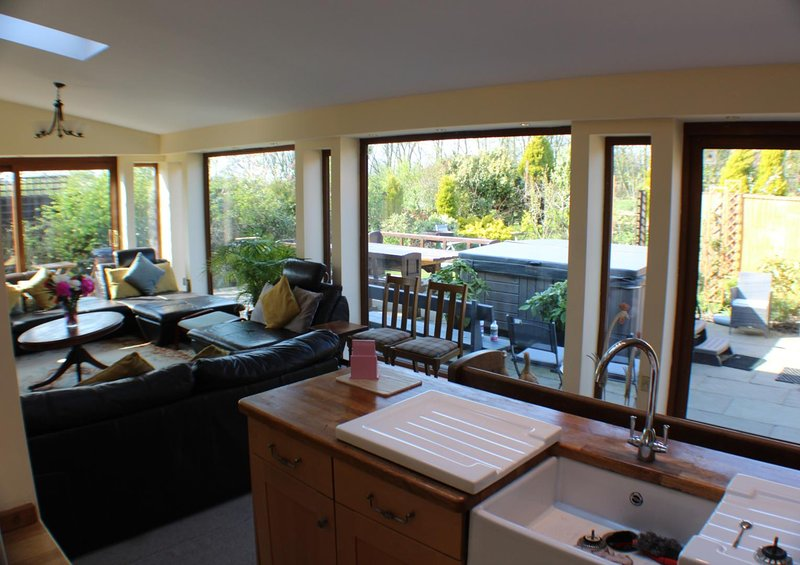 Wrea Green 4/5 Bed House + lodge next to Ribby Hall Village for upto 22 guests., casa vacanza a Great Eccleston