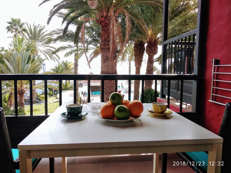 SEA VIEW APARTMENT, DIRECT ACCESS TO THE BEACH, POOL, Ferienwohnung in Bahia Feliz