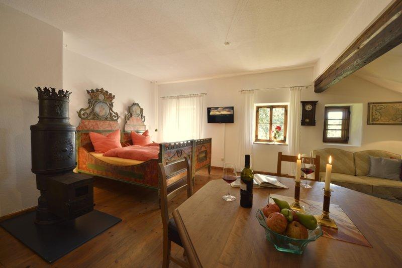 Hofatelier Menacher Herrschaftliches Gemach 85 qm 2-Zimmer-Wohnung + Terrasse, alquiler de vacaciones en Strazny