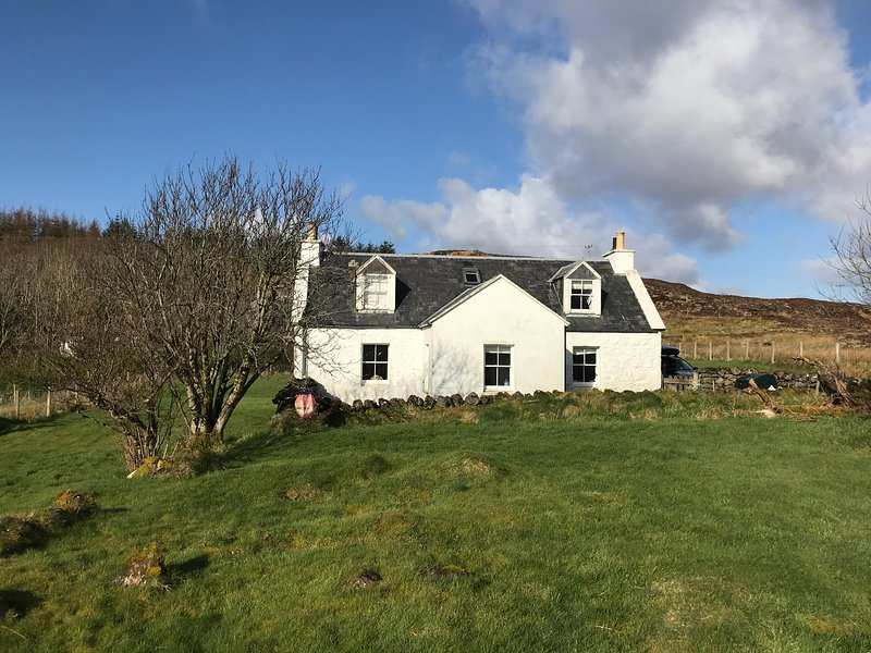 HALF OF 6, pet-friendly, open fire, multi-fuel stove, lawned garden, Portree, Ferienwohnung in Carbost